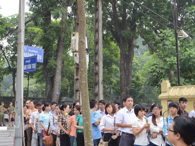 Người dân xếp hàng trên tất cả con đường xung quanh nhà Đại tướng