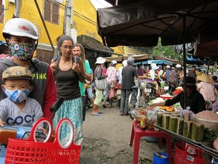 Giao thông đi lại ở khu vực chợ tạm khó khăn, nhưng không thấy ai than phiền về điều này