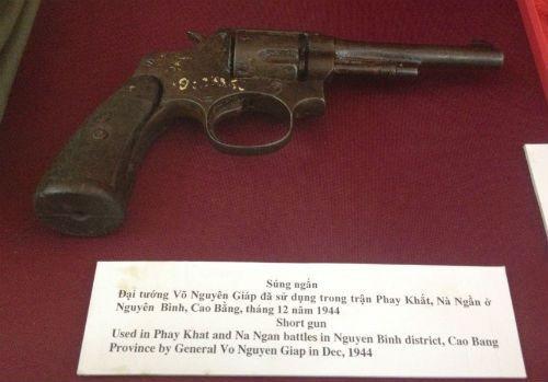 Khẩu súng ngắn Đại tướng Võ Nguyên Giáp đã sử dụng trong trận Phay Khắt, Nà Ngần năm 1944