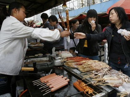 Vấn đề an toàn thực phẩm là một trong những lý do khiến giới nhà giàu Trung Quốc quyết định ra nước ngoài sinh sống. Ảnh minh họa: Reuters