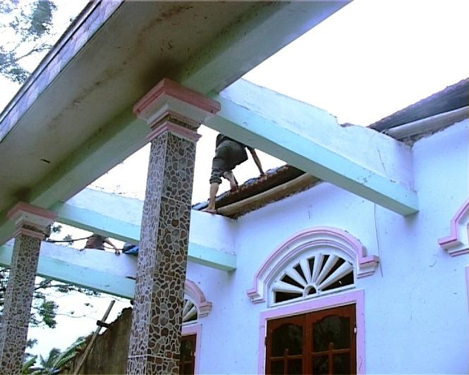 cửa tại xã Lộc An, Phú Lộc (TT-Huế) bị tốc mái sau trận lốc xoáy. Ảnh: Ngọc Văn