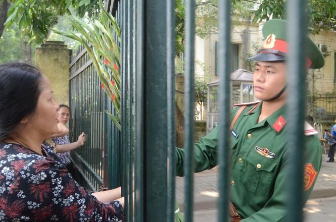 Hàng nghìn người mang hoa đến cổng nhà Đại tướng - ảnh 12