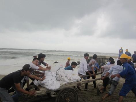 Bộ đội giúp dân sơ tán