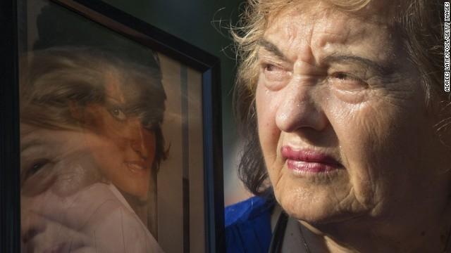 Người phụ nữ này đang nhìn vào bức ảnh người thân đã thiệt mạng trong vụ tấn công khủng bố 11/9