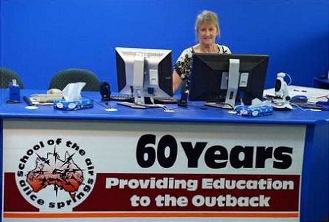 Cô Kay Shanahan lên sóng phát biểu với các học sinh trong một studio của trường. Được biết, trường ASSOA khánh thành vào năm 1951, hiện nay có 145 học sinh đang theo học