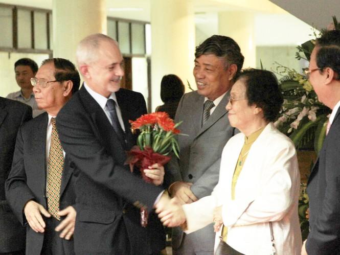 Nguyên Phó Chủ tịch nước Nguyễn Thị Bình chúc mừng George Burchett trong lễ khai mạc triển lãm ảnh của cha ông - nhà báo Wilfred Burchett