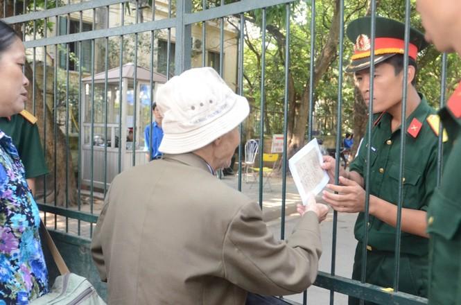 Cụ gửi mảnh giấy cho anh cảnh vệ mang vào nhà Đại tướng