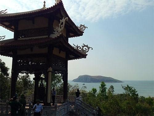 Tháp chuông trong khu vực an táng, phía xa là Đảo Yến