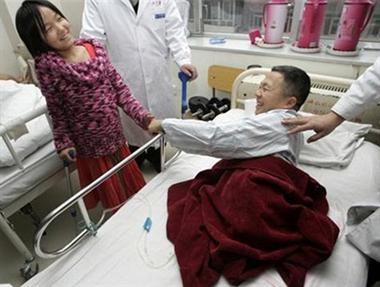 Năm 2005, lúc Hongyan lên 11 tuổi, em đã nhận được một đôi chân giả từ bệnh viện China Rehabilitation sau những cố gắng không biết mệt mỏi của em. Trong ảnh là cô bé bóng rổ đang gây cảm hứng cho một bệnh nhân mất 2 chân