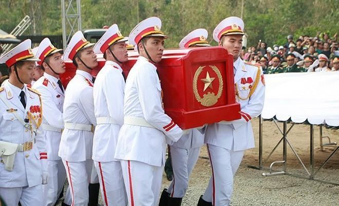 Các tiêu binh di chuyển linh cữu Đại tướng Võ Nguyên Giáp lên núi Thọ. Ảnh: Zing