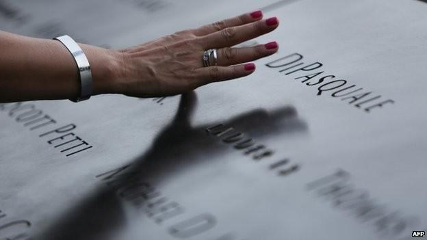 Tên của các nạn nhân vụ khủng bố 11/9 được khắc ở bên cạnh địa điểm bị tấn công