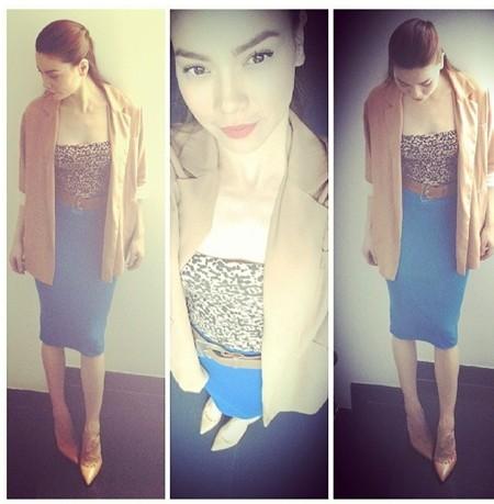 Chân váy bút chì nữ tính và cổ điển cũng được Hà Hồ kết hợp sáng tạo với áo ống da báo và blazer để tăng thêm nét cá tính, năng động
