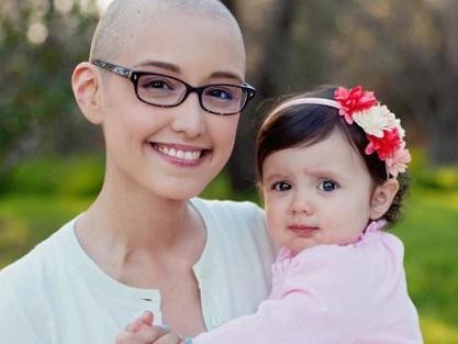 Bệnh nhân ung thư Michelle Langbehn và con gái. Ảnh: CNN