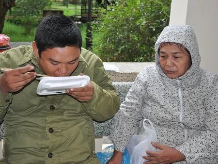 Đã 10 năm theo con đi viện chữa bệnh, với cô Dung, Hùng vẫn như một đứa trẻ ngô nghê không biết gì.