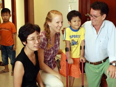 Chị Mai Anh và cậu lính chì Thiện Nhân cùng đoàn bác sĩ của Quỹ Phòng chống Thương vong châu Á đã tại Vinmec ngày 13/6/2013