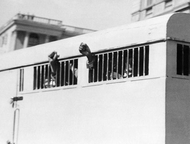 Năm 1964: Tám người đàn ông, trong đó có Nelson Mandela, đã giơ cao nắm tay thách thức qua cửa của một chiếc xe chở phạm nhân. Phiên tòa xét xử ở Tòa án Tối cao Pretoria đã kết án ông Mandela bị tù chung thân vì tội phá hoại, âm mưu phản quốc. (Nguồn: Getty)
