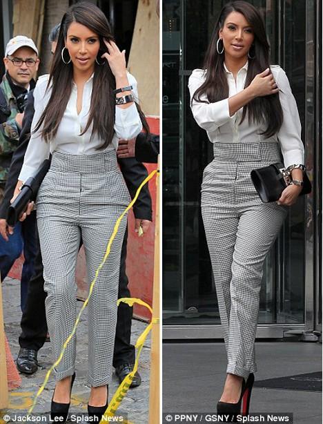 Vẻ quyến rũ của cô Kim thu hút sự chú ý của nhiều người đi đường