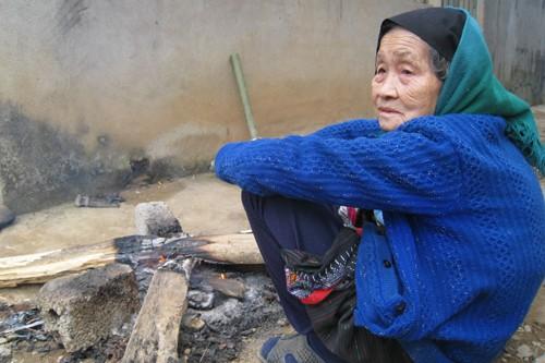 Ngồi co ro bên than hồng, cụ Hà Thị Ngân (90 tuổi, xã Trung Thượng) cho hay, nhiều năm rồi vùng này mới có đợt rét dữ dội như vậy.