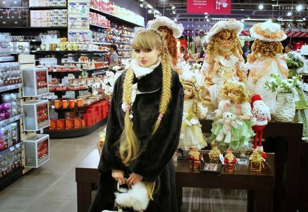 Người đẹp tạo dáng cùng búp bê khi đi siêu thị, không thể phân biệt đâu là búp bê, đâu là người thật