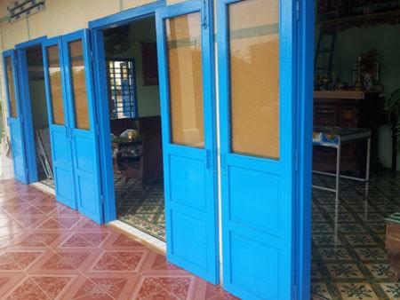 Tại huyện đảo Phú Quý, người dân thường thiết kế nhà nhiều cửa chính và nhiều của  sổ phụ để thông thoáng, tiết kiệm điện tối đa.