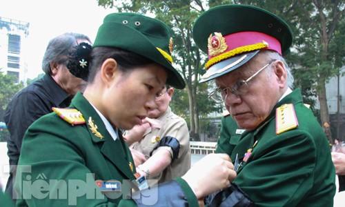 Người dân bật khóc trước linh cữu Đại tướng Võ Nguyên Giáp - ảnh 46