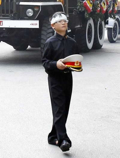 Cháu nội Đại tướng ôm chiếc mũ kê-pi quen thuộc của ông suốt hành trình đưa tiễn