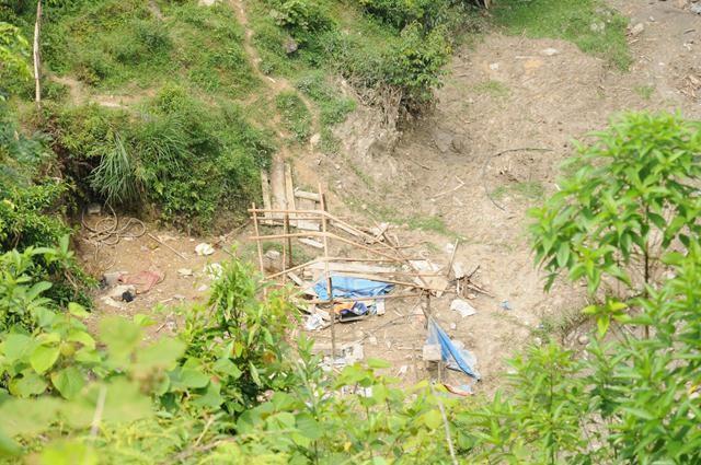 Một chiếc lán bị đất đá tống trôi xuống suối