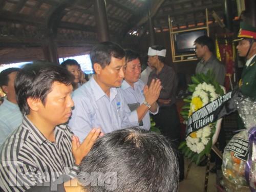 Phó Tổng biên tập báo Tiền Phong Trần Thanh Lâm (bến trái) và Đoàn báo Tiền Phong, Công ty Cổ phần Sữa Việt Nam viếng Đại tướng tại Quảng Bình