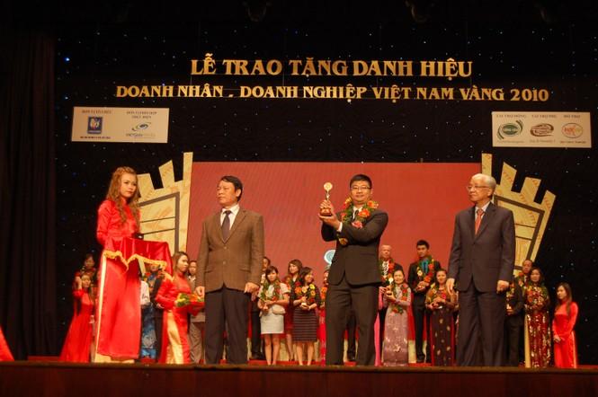 """VINA Design nhận cúp vàng """"Doanh nhân – Doanh nghiệp Việt Nam vàng 2010"""" - ảnh 1"""