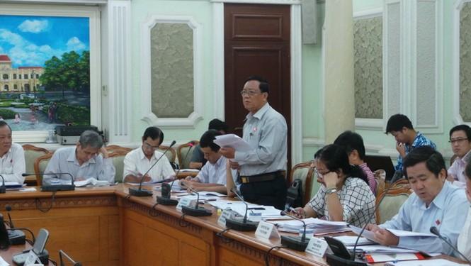 Đại biểu Nguyễn Văn Tùng (đứng) - phát biểu tại buổi giám sát