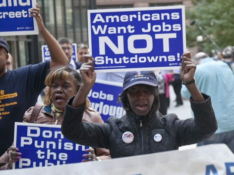 Dân Mỹ biểu tình phản đối tình trạng chính phủ đóng cửa khiến họ thất nghiệp.             Ảnh: Suntimes
