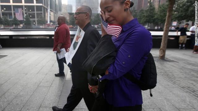 Người dân Mỹ xúc động trước địa điểm Trung tâm Thương mại Thế giới bị sụp đổ do tấn công cách đây 12 năm
