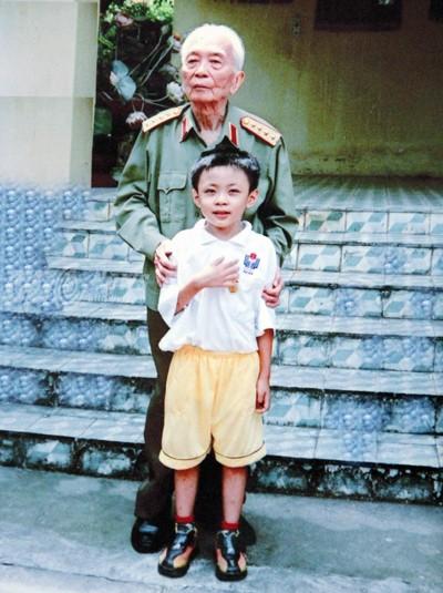Năm 2005, Hoàng Thân được gặp mặt và có vinh dự được chụp riêng cùng Đại tướng Võ Nguyên Giáp