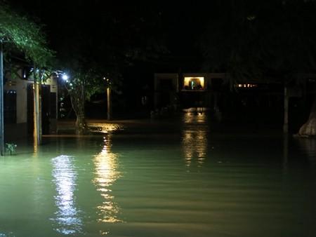 Sau bão, tối 15/10, nước lũ dâng cao ngập nhiều tuyến trung tâm thành phố