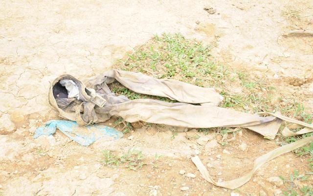 Dọc đường đi, có những đôi ủng, găng tay, quần áo, cáng khiêng các nạn nhân dính đầy máu, bùn đất nằm rải rác trong các bờ bụi, trên bãi cỏ…