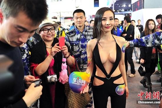Can Lộ Lộ từng bị chỉ trích vì trang phục 'khoe hàng' quá đà