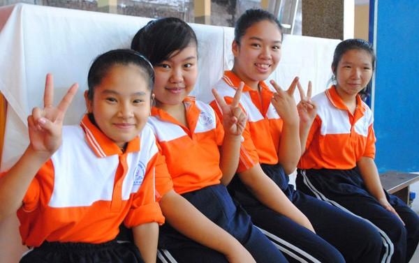 Các em nữ chờ đến lượt thi đấu