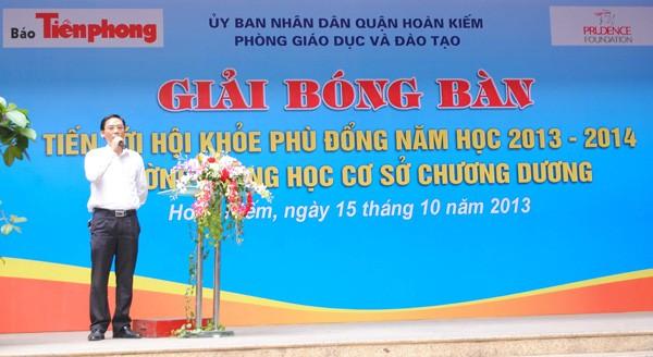 Nhà báo Tô Nam – Phó Tổng Biên tập Báo Tiền Phong phát biểu tại vòng chung kết giải bóng bàn Trường THCS Chương Dương, quận Hoàn Kiếm