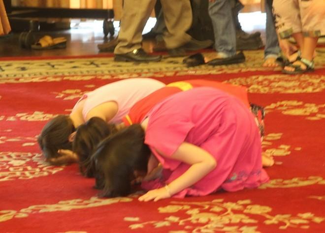 3 bé gái này còn nhỏ nhưng rất thành tâm khi quỳ lạy trước bàn thờ Đại tướng             Bài viết: http://news.zing.vn/Em-be-4-tuoi-lau-nuoc-mat-cho-me-tai-le-tang-Dai-tuong-post359979.html#home_multimedia             Nguồn Zing News