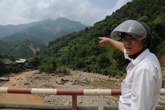 Phó công an xã Minh Lương chỉ cho chúng tôi khu vực tập kết các lán trại khai thác vàng trái phép của các thổ phỉ. Từ dưới đường cái nhìn lên, có thể thấy rõ chi chít hàng chục lán trại màu xanh, vàng