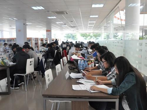 Các thí sinh làm bài tại điểm thi ĐH FPT, một trong 7 điểm thi ACMICPC vòng online quốc gia trên toàn quốc