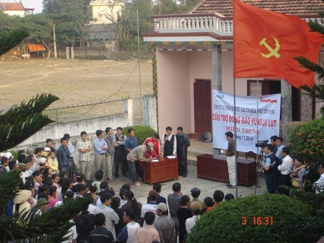 Công ty Vinamilk cùng Báo Tiền Phong cứu trợ đồng bào lũ lụt miền Trung-Tây Nguyên các năm 2009 và 2010 (ảnh: Đại Dương)