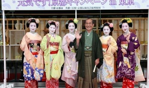 Ngắm các nữ sinh geisha Nhật xuống phố - ảnh 8