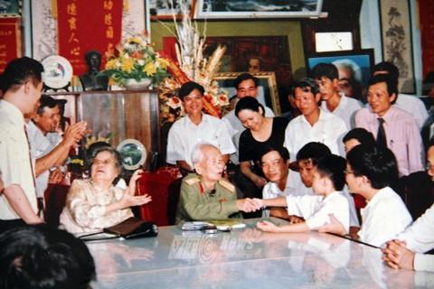 Đại tướng Võ Nguyên Giáp bắt tay cậu học trò Hoàng Thân
