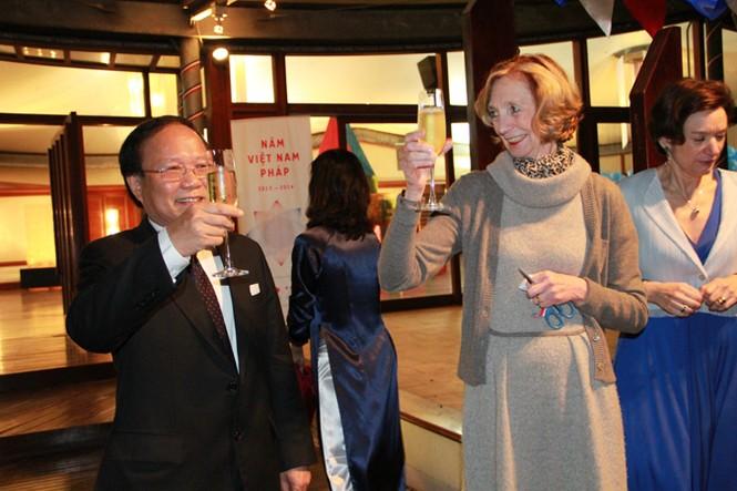 Bộ trưởng Ngoại thương Pháp Nicole Bricq và Bộ trưởng Văn hóa, Thể thao và Du lịch Hoàng Anh Tuấn tại Lễ khai mạc