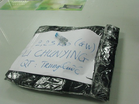 Li ChunYing cất giấu 2,2 ký ma túy đá trong hành lý. Ảnh do cơ quan hải quan cung cấp