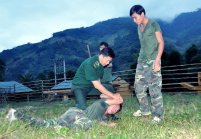 Thiếu tá Lê Tuấn Hải hướng dẫn chiến sĩ kỹ thuật trấn áp tội phạm bằng tay không.