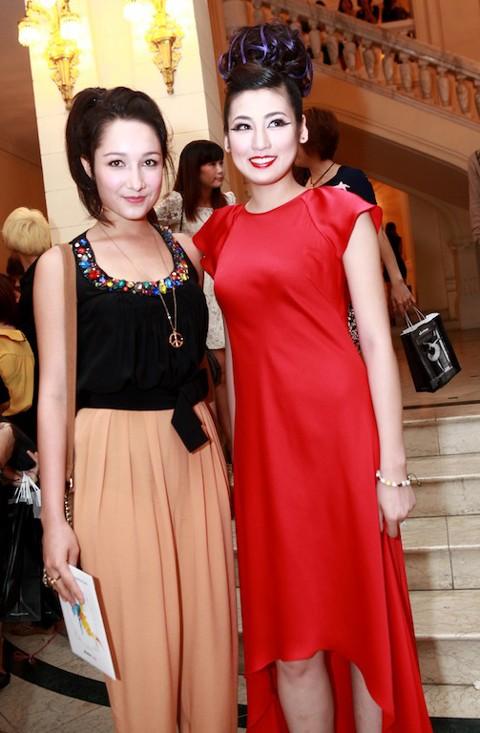 Cũng trên thảm đỏ, Á hậu gặp gỡ Anna Trương - con gái của nhạc sĩ Anh Quân