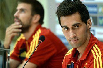 Pique và  Arbeloa trong buổi họp báo cuối tuàn qua