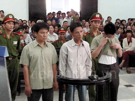 Nguyễn Hữu Hạnh (bìa trái vành móng ngựa) bị tuyên án 2 năm tù về tội gây rối trật tự công cộng, tại phiên tòa ngày 8/7/2005.